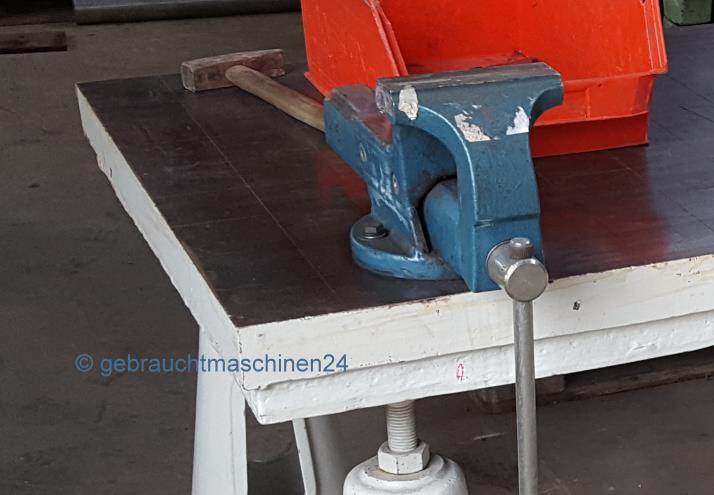 Anreißplatte rautiert mit Kegelfüßen1800 x 900 mm